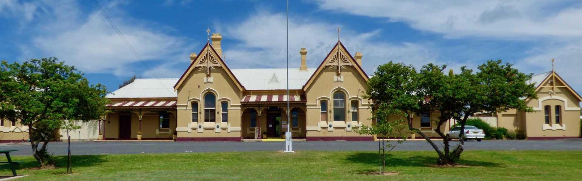 Kui Parks, Tenterfield Lodge Caravan Park, Railway Station
