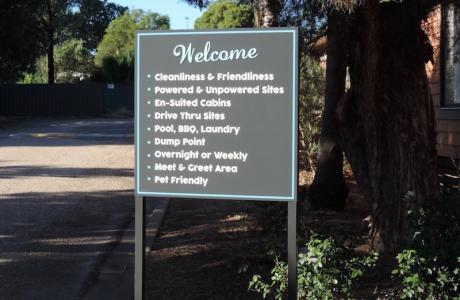 Kui Parks, Horseshoe Tourist Park, Wagga Wagga, SIgn