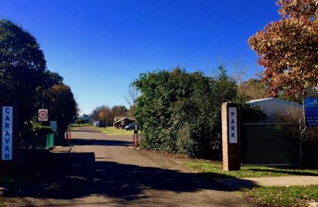 Kui Parks, Cootamundra Caravan Park, Entrance