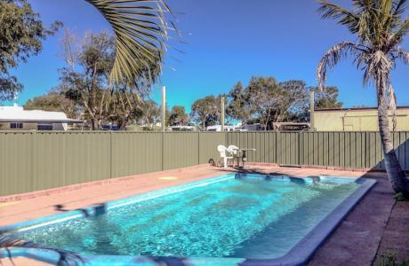 Kui Parks, Outback Oasis Caravan Park, Carnarvon, Pool